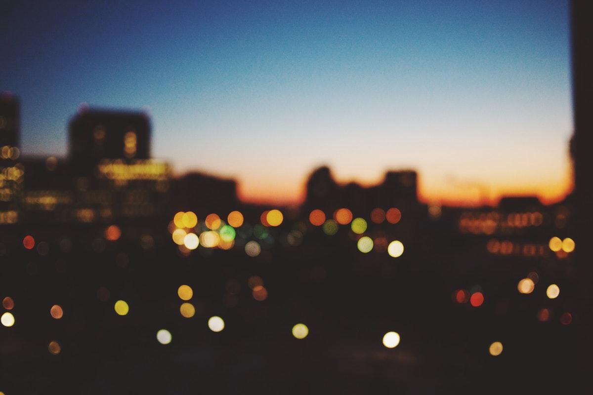kaupungin valot pimeässä