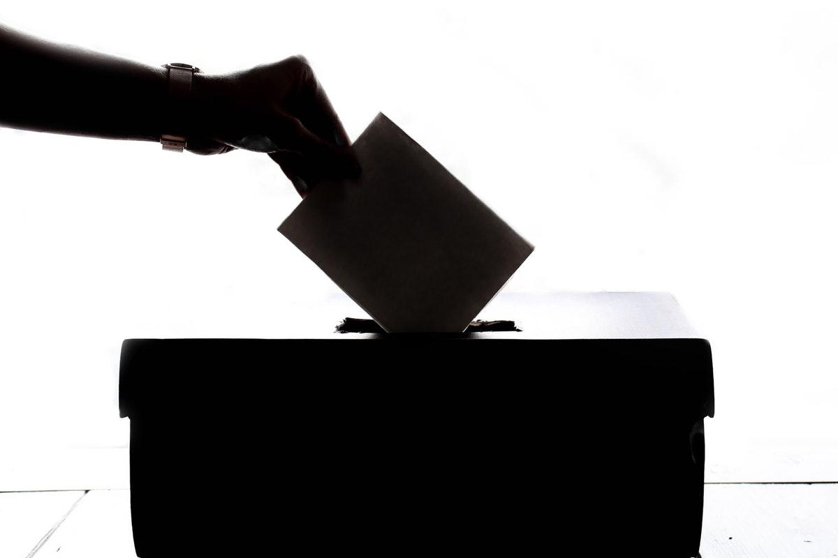 mustavalkoinen silhuettikuva äänestys